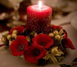centro de mesa para tu cena de navidad una vela roja diamantina flores