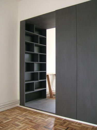 In plaats van een muur tussen woon- en slaapkamer, bouwden we deze kastenwand…