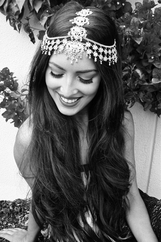Leave those luscious locks open and accentuate your pretty look with a statement headpiece for the #mehendi #Indianwedding #bridalstyle #hairstyles  Curated by #WittyVows - The ultimate guide for the Indian Bride | www.wittyvows.com
