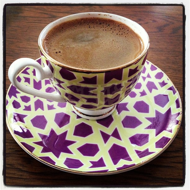 Türk kahvesi içiyorum,kahveme sahip çıkıyorum..Atıl Kutoğlu tasarımı Karaca fincan  (traditional Turkish Coffee, with the cup specially designed by Atil Kutoglu with Seljuk pattern)