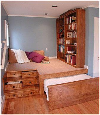 kamar anak dengan banyak laci
