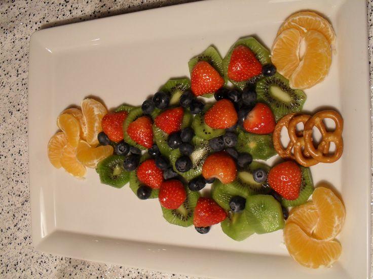 Joulun hedelmäkakku joulunkuusen malliin, todellakin maistuu kaikille.