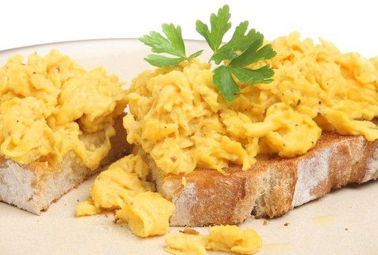 Amerikanske scamble eggs med ost, pølser og bacon - server!