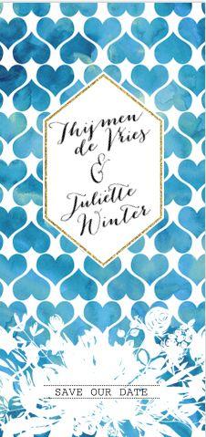Opzoek naar een romantic chic save the date kaart? Met watercolor blauwe hartjes op de ondergrond, outline bloemen en gouden rand. Geheel zelf te maken.
