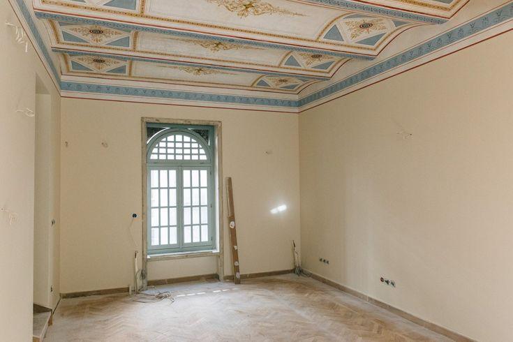 Εσωτερικό δωματίου με οροφοδιακοσμήσεις.