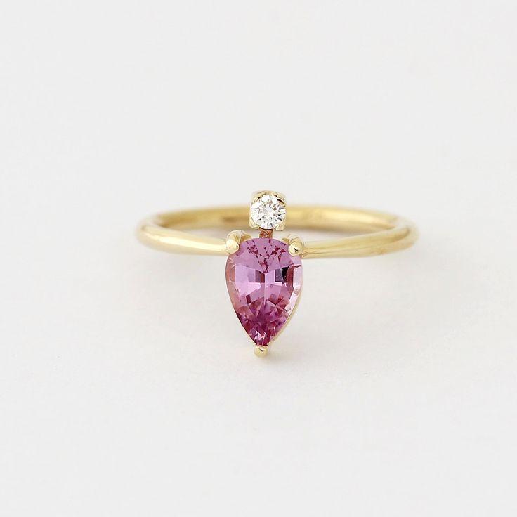 Roze saffier Ring, gouden saffier Ring, Pear Sapphire Engagement Ring, saffier & Diamond Ring, Diamond Sapphire Ring, roze verlovingsring door artemer op Etsy https://www.etsy.com/nl/listing/489476290/roze-saffier-ring-gouden-saffier-ring