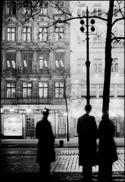 Herbert List 1932 Hamburg. Reeperbahn 33-35 by night