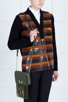 Кожаная сумка Diane von Furstenberg. Оригинальная сумка из коллекции модного дома  Diane von Furstenberg. Аксессуар выполнен из натуральной кожи цвета хаки и дополнен выразительным декором в виде длинной бахромы и металлических элементов. Сочетается как с коктейльными платьями, так и «рваными» джинсами.