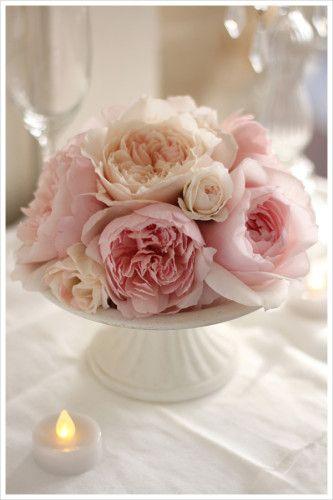 ケーキを載せるような、脚付きのコンポート皿に贅沢にお花を盛り付けたアレンジ。 wedding,flower arrangement,compote