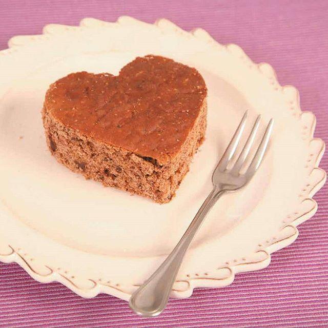 Torta di castagne Gluten free  Le castagne sono un frutto tipico dell'autunno dall'alto contenuto calorico, nutrienti ed energetiche. Possiedono anche una grande percentuale di sali minerali quali potassio, fosforo, zolfo, sodio, magnesio, calcio, cloro e ferro, oltre che vitamina B e acido folico. Ingredienti per 6/8 persone: 150 g di farina di castagne* 130 ml di latte 80 g di cioccolato fondente* 50 g di zucchero 1 uovo ½ baccello di vaniglia ½ bustina di lievito per dolci* Sale…