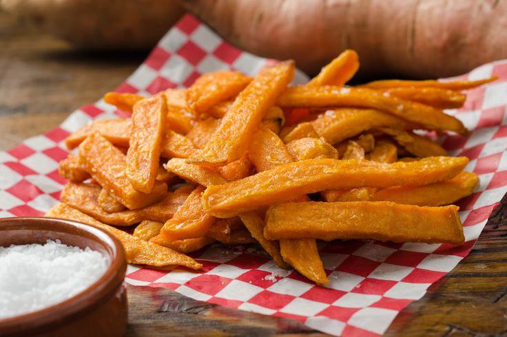 J'aimerais dédier cette recette aux grands amateurs de frites qui se sentent coupables à chaque fois qu'ils en mangent. Les frites de patates douces sont très bonnes pour la santé et au goût