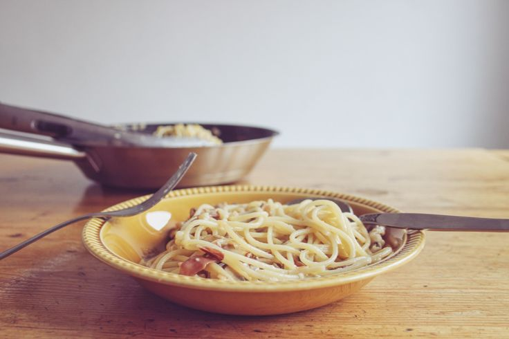 Snelle spaghetti voor de herfst: kastanjechampignons, raapjes, gerookte ham en parmegiano