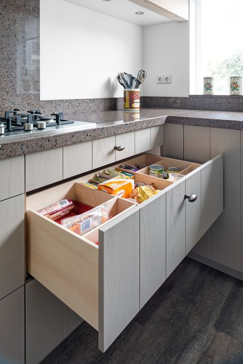Keuken Lichtgrijs : VRI interieur landelijke keuken in lichtgrijs met houten laden