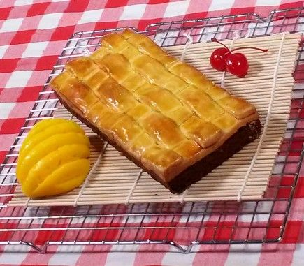 Brownies Nastar is a brownies covered with pineapple jam and nastar cookies dough.