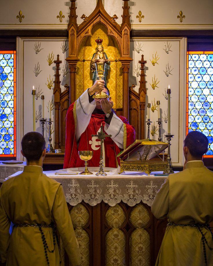 """""""Con oraciones pedimos gracia a Dios; en la Santa Misa comprometemos a Dios a que nos las conceda"""". San Felipe Neri."""