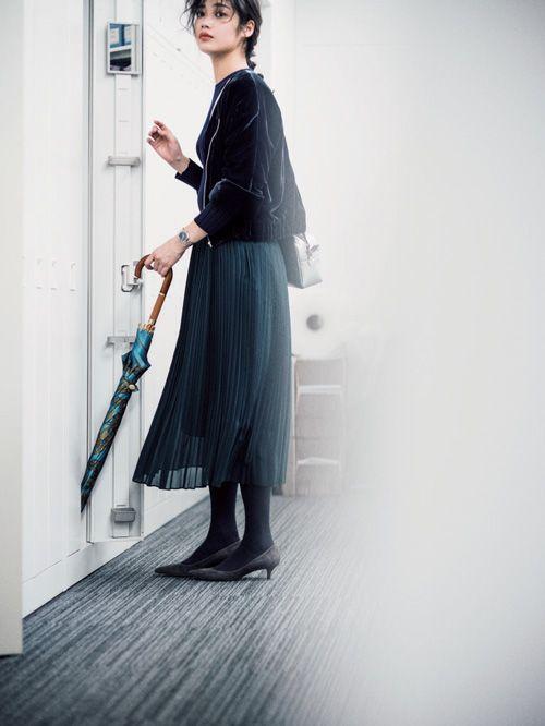 シンプルな着こなしに差す色だから、「浮かない」のが絶対条件。ベーシックカラーとなじみのいい、くすんだ色調の「ジェイドグリーン」は、実は着る人を選ばない万能カラー! ジェイドグリーンのカーディガン、パンツ、スカートを使ったコーディネートをご紹介。