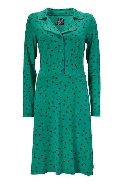 Denne Iben kjole har bare det hele, en virkelig god pasform og et fedt print. Små sorte kolibrier danser rundt på en grøn baggrund.