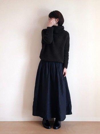 モヘヤのボーリュームのあるセーターに合わせたロングスカートで冬のリラックススタイル。優しい雰囲気のフレアのシルエットが女性らしさを感じさせます。