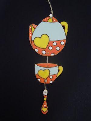 ceramica come mestiere: Teiera, tazza e cucchiaino come decoro da appender...