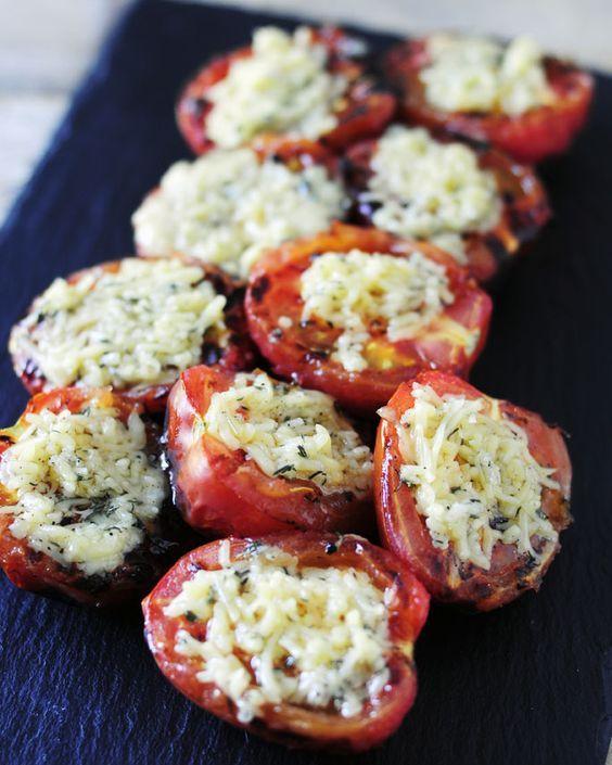 Deze gegrilde knoflook tomaten van de bbq zijn een heerlijke afwisseling en een perfect bijgerecht voor iedere barbecue. Soms is een simpele combinatie het verrassendst.