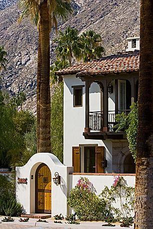 fehér színű ház azonos színű kerítéssel