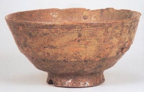 144 伊羅保茶碗 銘「秋の山」 湯木美術館 ゴツゴツした表面の触り心地が「イライラ」という感じなことからこの名前が付けられた伊羅保茶碗。たいていの伊羅保は山肌のように表面が粗いのですが、上の「秋の山」のように比較的大人しいものもあります。形状は呉器茶碗のように高台が高く、胴が緩やかな曲線を描くものが多く、色も茶色っぽいものが多くあります。特徴的には柿の蔕と似ていますが、形状の違いから一発でどちらであるかが分かります。