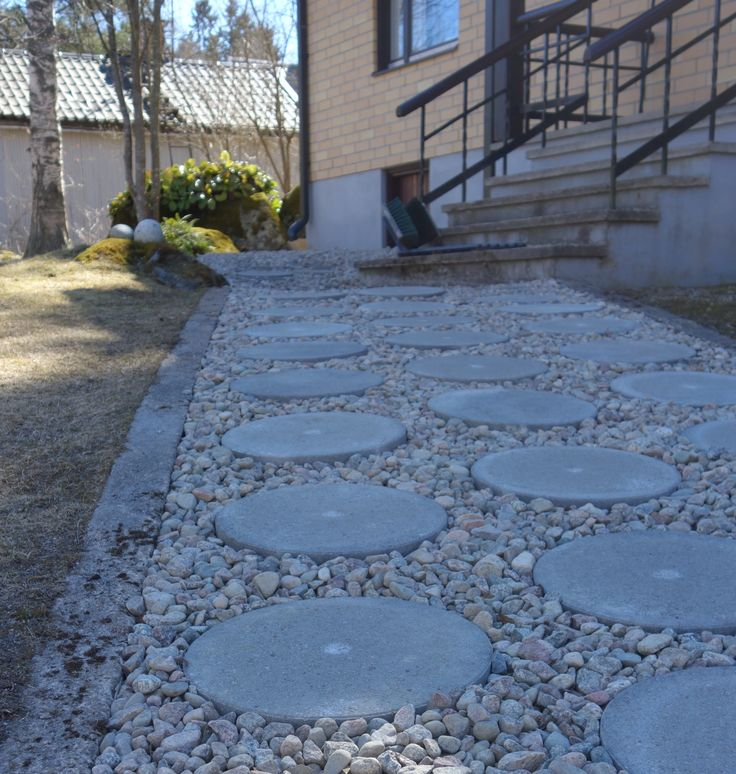 Tee-se-itse-naisen sisustusblogi: Concrete pavers in a gravel path lead the way to the front door.