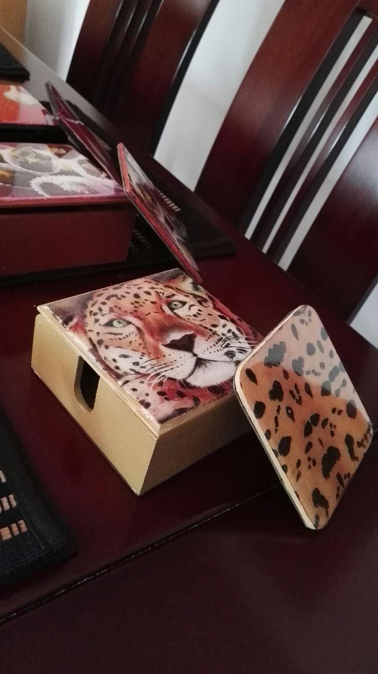Caja con portavasos Leopardo.