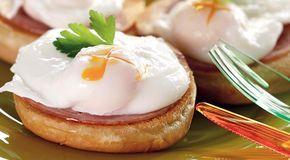 Яйца бенедикт. Разбить яйцо в миску. Вскипятить воду в ковше на 2.5 см.Как пойдут пузыри со дна - ввести яйцо. Варить 1мин. Снять, оставить в ковше на 10 мин. Вынуть шумовкой, промокнуть снизу салфеткой.