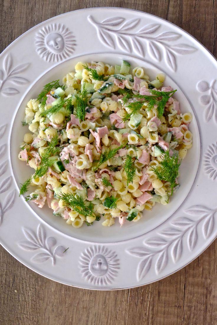 Sałatka makaronowa jest zawsze mile widziana na każdym przyjęciu. Wystraczy kilka prostych składników, aby wyczarować szybką i bardzo smaczną sałatkę.