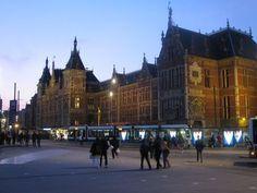 オランダは、運河の国、風車の国、他にもチューリップ、自転車、チーズ等々いろいろなイメージがありますが、ヨーロッパ諸国の中でも特に目立つ国ではありません。でも、歴史的、芸術的にも見所が多く味わい深い国です。今回ご紹介するのはオランダのすべてが、ギュッといっぱい詰まっているアムステルダム!街の魅力、ビギナーが押さえておきたい街歩きと観光のポイントを、早わかりでざっくりご紹介します!