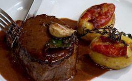 Tornedor de filé-mignon com batata recheada ao brie e presunto de Parma