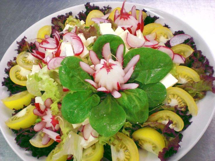Bunte Blattsalate mit Radieschen, Feta und gelben Tomaten