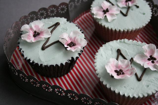 Google Image Result for http://victoriamade.com/wordpress/wp-content/uploads/2011/05/designer-wedding-cupcakes-sheffield-leeds-manchester-cupcakes.jpg