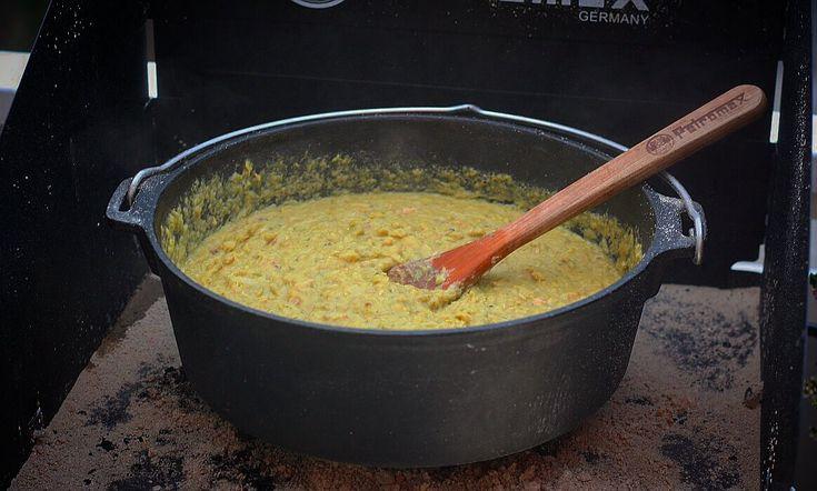 Erbsensuppe aus dem Dutch Oven ist ein Klassiker, der meist in Herbst und Winter…