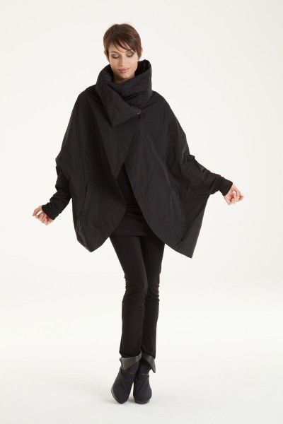 <p>Chic, light-weight and water repellent jacket with thick, puffy collar.</p>
