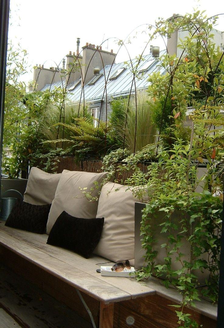 Verdure en brise vue sur petit balcon charmant, invitant à flâner!
