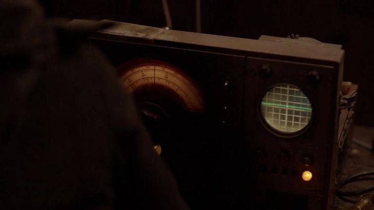 Радиоволна 1 сезон 1 серия 2016 http://www.yourussian.ru/163278/радиоволна-1-сезон-1-серия-2016/   Релиз ColdFilm: В основе сюжета сериала лежит история офицера полиции, которой однажды удалось установить связь с помощью радиоволн в своей машине с родным, давно ушедшим отцом. Он был, как и дочь, полицейским детективом, и погиб в 1996 году. Вместе они практикуют странный тандем, который занимается расследованием нераскрытых дел об убийстве. Однако, такая вневременная помощь и советы от…