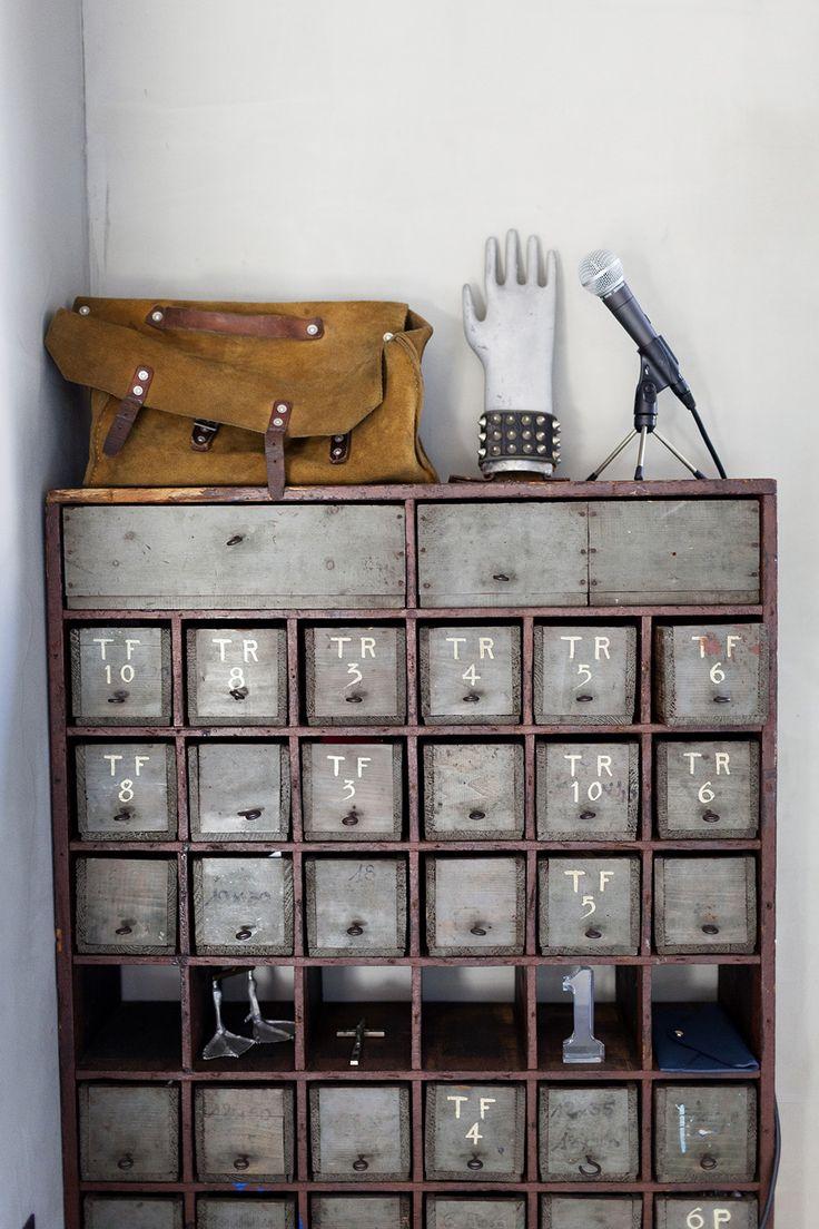 Alter Karteikartenschrank als Blickfang für die Wohnung. Vielleicht im Flur. Für all die Schlüssel und Kleinteile?