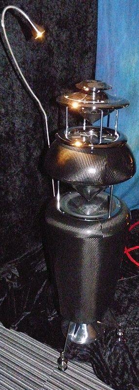 Sulla stessa filosofia e in collaborazione l'Alkemia Vero di Carlo Crespan. E' un diffusore omnidirezionale che ha subito nel tempo diversi upgrade. Si distingue nella produzione elettroacustica per l'originalità dell'estetica e delle soluzioni implementate. E' equipaggiato con un altoparlante Manger e due driver proprietari per le basse e alte frequenze. Il tweeter è l'Alkemia T1 a compressione con membrana in Mylar, bobina mobile in alluminio e magnete in Neodimio. Sensibilità dichiarata…