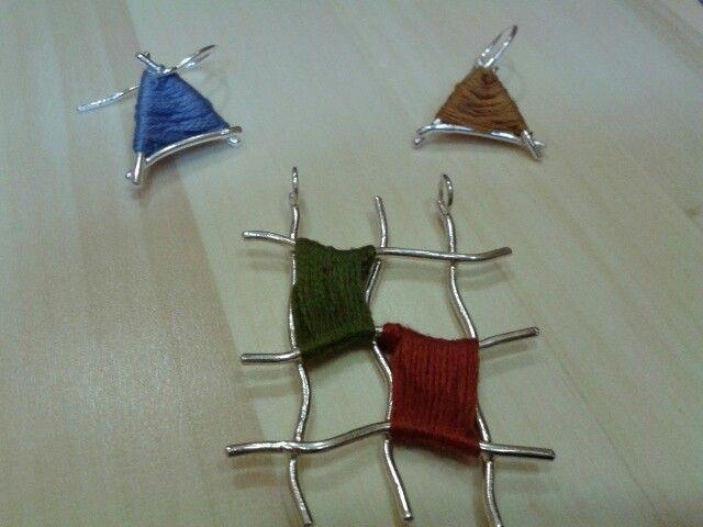 Conjunto de pendientes y colgante hechos con hilo de plata e hilo de algodón. Asimetria y mezcla de materiales. Joyeria Alos40 www.alos40.es