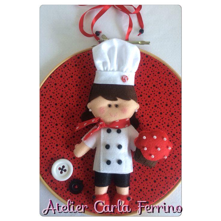 Quadrinho bastidor menina chef.  Informações: caca@carlaferrino.com.br    #feltro #felt #artesanato