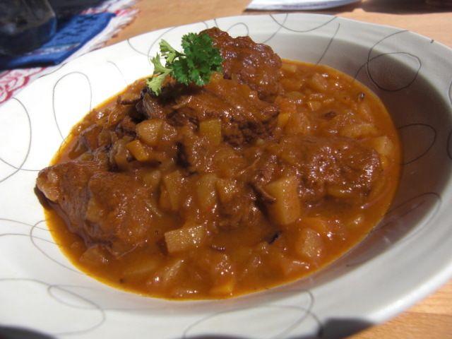 ハンガリー出身のグラーシュ(牛肉とパプリカの煮込み)はドイツでも定番の料理です。 やわらかい肉と野菜がたっぷり♪