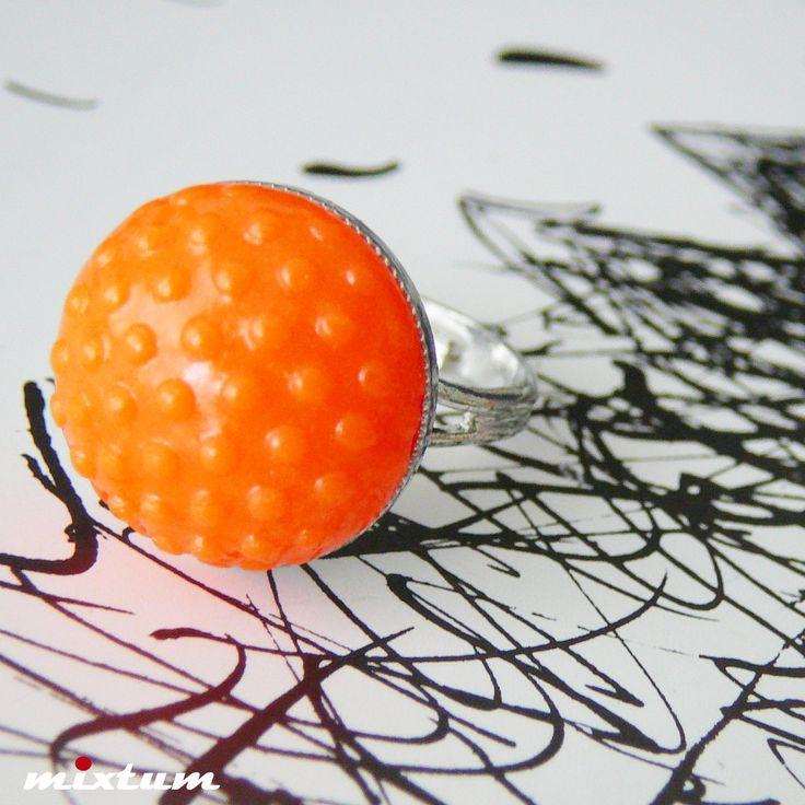 Prsten ... Samantha Neonový COOL prstýnek ... vyroben z polymerové hmoty s reliéfem, připojen k prstýnkovému postříbřenému komponentu - universální velikost - padne všem, lze roztahovat dle libosti a potřeby. Přelakováno. Velikost fimo části průměr 1,8cm.