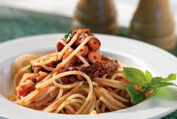 Gli spaghetti Shirataki di Konjac con sugo di polpo: una ricetta facile, veloce e soprattutto a calorie zero per un pranzo light ma gustoso. http://www.arturotv.tv/cucina-ricette/primi-piatti/spaghetti-shirataki-konjac-sugo-polpo
