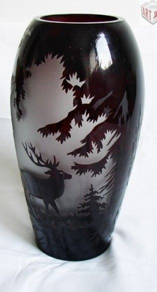 Váza, Motiv jelení zvěře, vrstvené sklo, leptané a broušené, vyroba firma Salomon Reich v Krásně, Československo, 30. léta