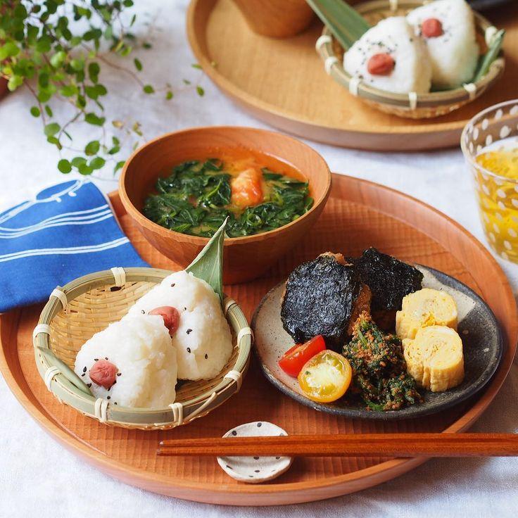 おはようございます ◡̈⃝ 今日の#朝ごはん は . ◎#豚ひき肉 の簡単海苔#つくね ( cookpad 983470 ) ◎#ほうれん草 の胡麻和え ( 1670015 ) ◎#卵焼き ◎プチトマト ◎#モロヘイヤ と#トマト の味噌汁 ◎おにぎり . でしたっ ♪ ⍥⃝ 🍙 . .
