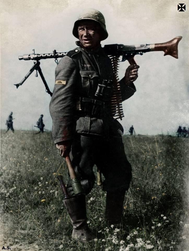 Deutscher Infanterist, bewaffnet mit MG-34 und Stielhandgranate. Außerdem zu sehen, das Panzervernichtungsabzeichen am rechten Oberärmel.