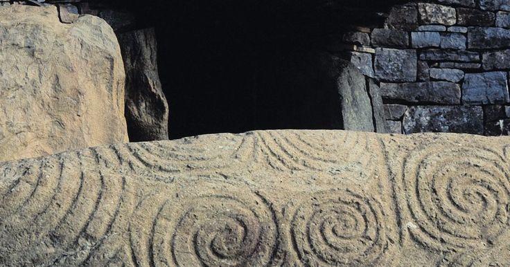 Sobre o vestuário dos antigos celtas. Uma das culturas mais disseminadas no período pré-romano da Europa foi a do povo celta. Consistindo em bandos tribais, sua cultura espalhou-se das Ilhas Britânicas, para o oeste, até Anatólia, no leste. Foi seu vestuário que mais separou esse povo dos romanos que viam no modo de vestir dos celtas uma prova de sua condição de bárbaros.
