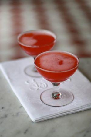 Rabarber och jordgubbsmartini är den perfekta drinken. Söt och syrlig på gränsen till att vara farligt god, lätt att dricka för många drinkar... Foto:Leil...